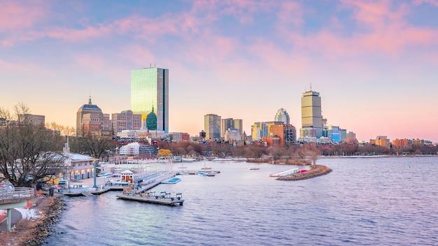 Panorama panoramy bostonu z wieżowcami nad wodą o zmierzchu w stanach zjednoczonych