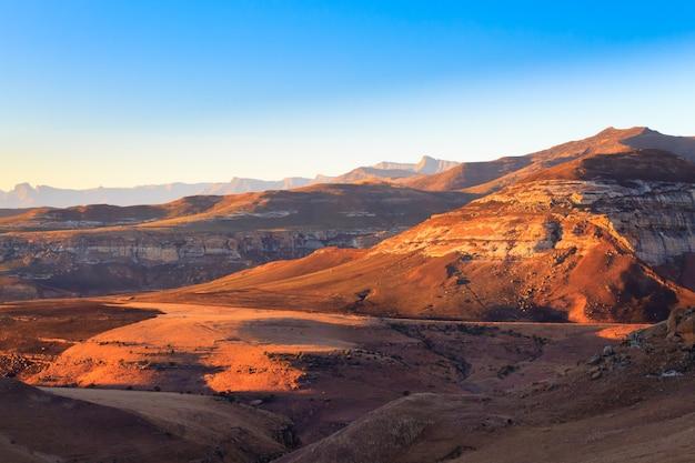 Panorama parku narodowego golden gate highlands, rpa. afrykański krajobraz