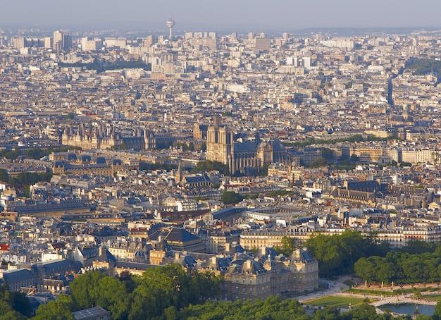 Panorama paryża o zachodzie słońca z tarasu widokowego wieży montparnasse we francji