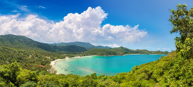 Panorama plaży ao thong nai pan noi na wyspie koh phangan, tajlandia