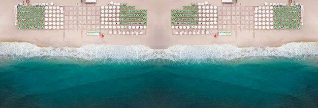 Panorama plaży z miejscem dla wczasowiczów, na plaży parasole i leżaki. widok z góry na morze.