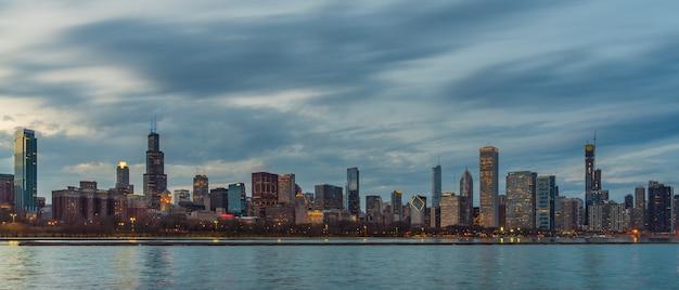 Panorama po stronie chicago cityscape rzeki wzdłuż jeziora michigan w pięknym zmierzchu, illinois