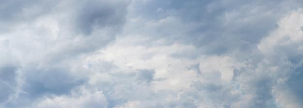 Panorama pochmurnego nieba, niebo z jasnoniebieskimi i szarymi chmurami