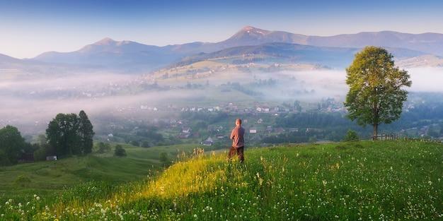 Panorama poranny krajobraz w górskiej wiosce