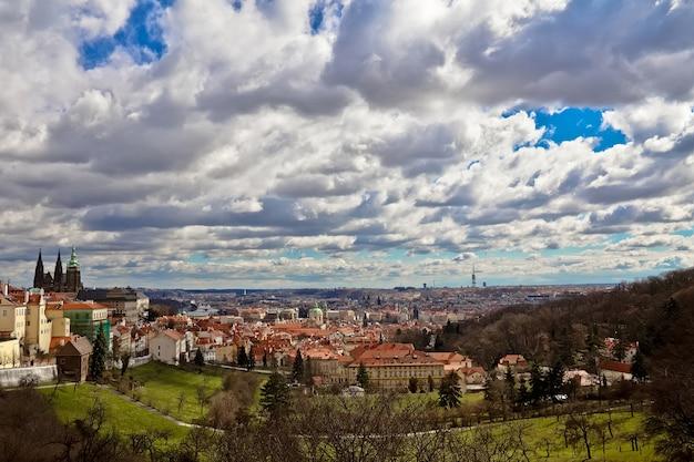Panorama pragi, widok ze wzgórz na stare miasto i katedrę św. wita w pradze, czechy