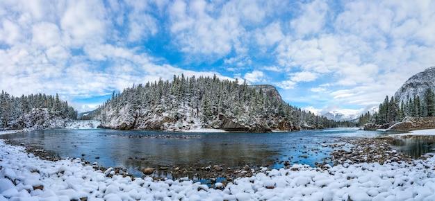 Panorama punktu widokowego bow falls w śnieżną zimę park narodowy banff malownicza rzeka bow