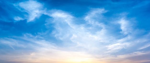 Panorama rano niebo i chmury