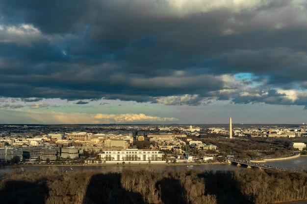 Panorama scena widok z góry waszyngtonu w centrum miasta, w którym można zobaczyć kapitol stanów zjednoczonych, pomnik waszyngtonu, pomnik lincolna i pomnik thomasa jeffersona, historię i kulturę koncepcji podróży
