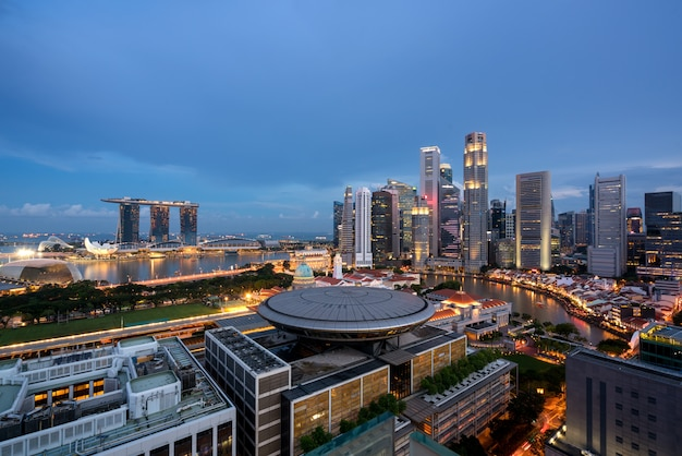 Panorama singapur dzielnicy biznesowej linia horyzontu i singapur drapacz chmur z sądem najwyższy w nocy przy marina zatoką, singapur.