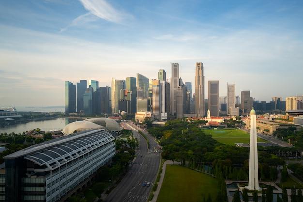 Panorama singapur dzielnicy biznesu linia horyzontu i drapacz chmur podczas wschodu słońca przy marina zatoką, singapur. azjatycka turystyka, nowoczesne życie w mieście lub biznes finanse i gospodarka.