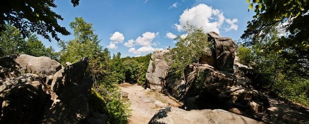 Panorama skał dowbusza, grupy przyrody i budowli wykutych w skale na zachodniej ukrainie