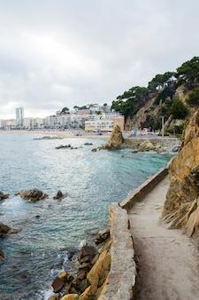 Panorama skał i drogi w pobliżu wybrzeża. nabrzeże gór w morzu śródziemnomorskim. skały na wybrzeżu.