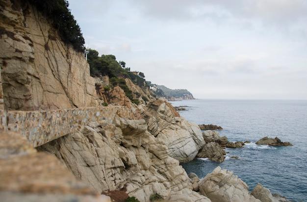 Panorama skał na wybrzeżu lloret de mar. nabrzeże lloret de mar costa brava hiszpania. skały na wybrzeżu.
