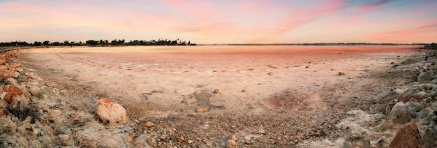 Panorama słonego jeziora aliki bez wody