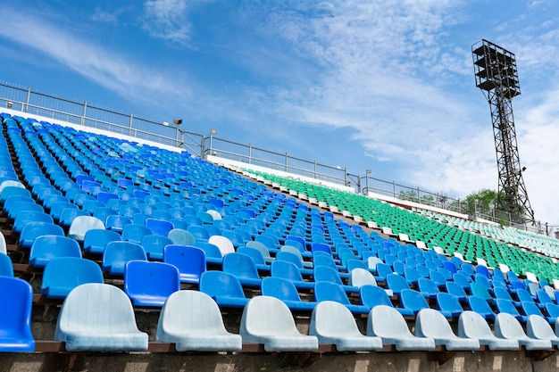 Panorama stadionowych pustych rzędów siedzeń na plenerze przed koncertami