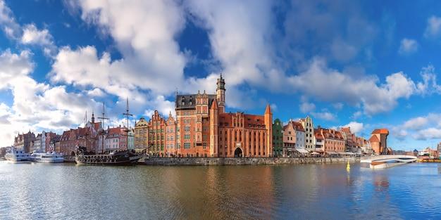Panorama starego miasta, długiego pobrzeża i motławy, gdańsk