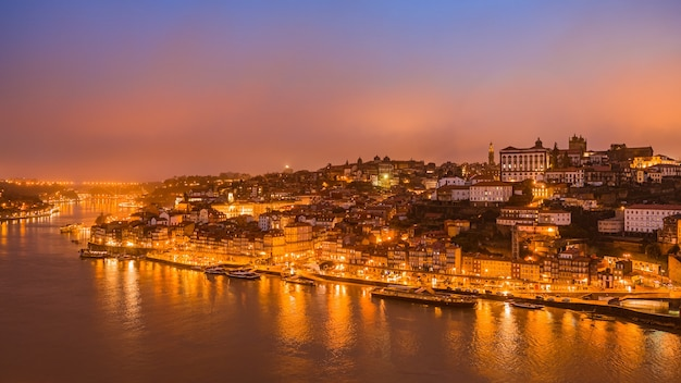Panorama starego miasta porto o zachodzie słońca, portugalia.