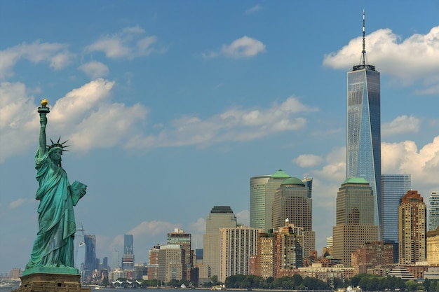 Panorama statua wolności z wieżowcem w centrum manhattanu na dolnym manhattanie, nowy jork, usa