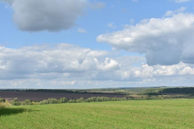 Panorama szerokiego pola i chmur