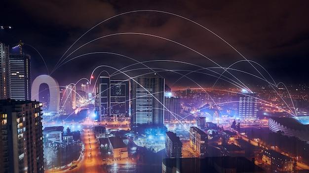 Panorama technologii cyfrowej sieci nocnego miasta i szerokiego śr