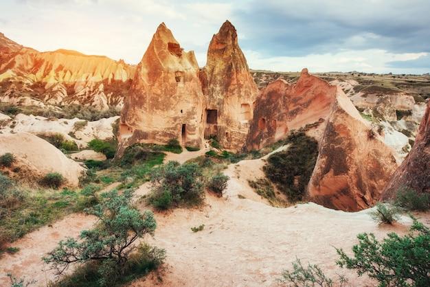 Panorama unikalnych formacji geologicznych w kapadocji, turcja.