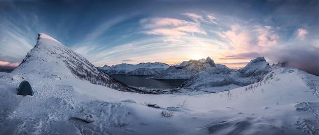 Panorama wędrówek po zaśnieżonym paśmie górskim o wschodzie słońca na szczycie segla na wyspie senja, norwegia