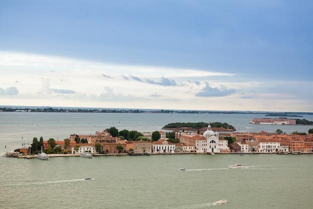 Panorama wenecji, włochy. canal grande z gondolami pocztówka wenecji