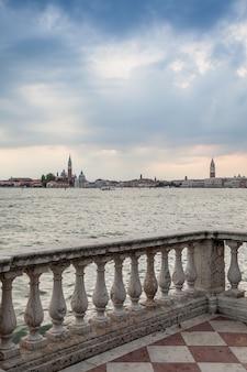 Panorama wenecji z nabrzeża w pochmurny dzień