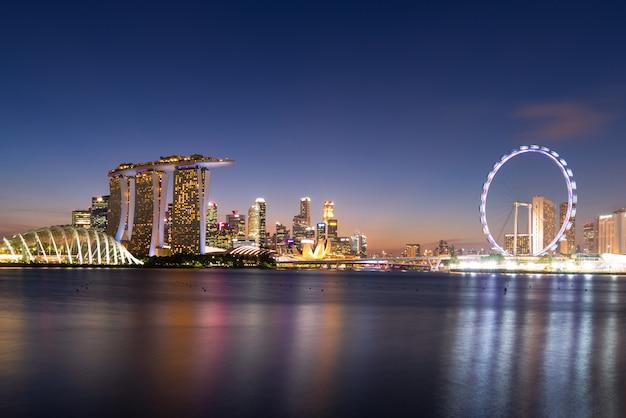 Panorama widok biznesowy w centrum buduje teren podczas mrocznego czasu przy singapur.
