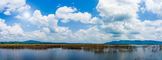 Panorama widok piękna tama i góry z niebieskiego nieba naturalnym tłem.