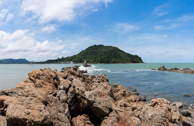 Panorama widok seascape z skalistych wysp i białą pagodę na skale w błękitne morze, duże góry i błękitne niebo z chmurą, chedi ban hua laem, cel podróży w chanthaburi, tajlandia.