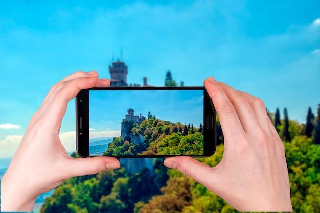 Panorama widok starożytnej twierdzy republiki san marino. zdjęcie zrobione telefonem