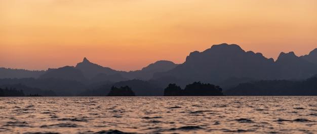 Panorama widok zachodu słońca w górach i na morzu
