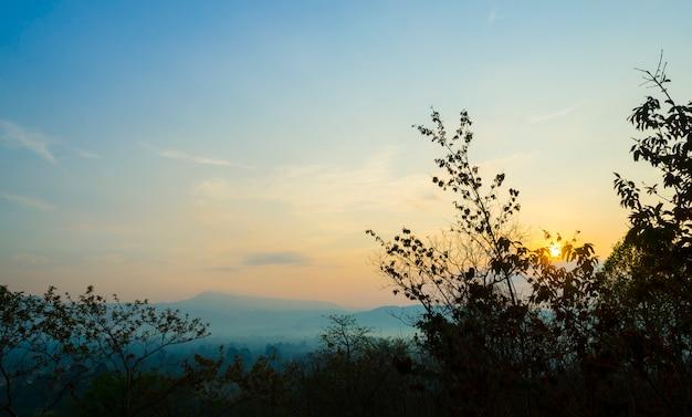 Panorama widoku pha deaw dai falezy khao yai park narodowy w tajlandia