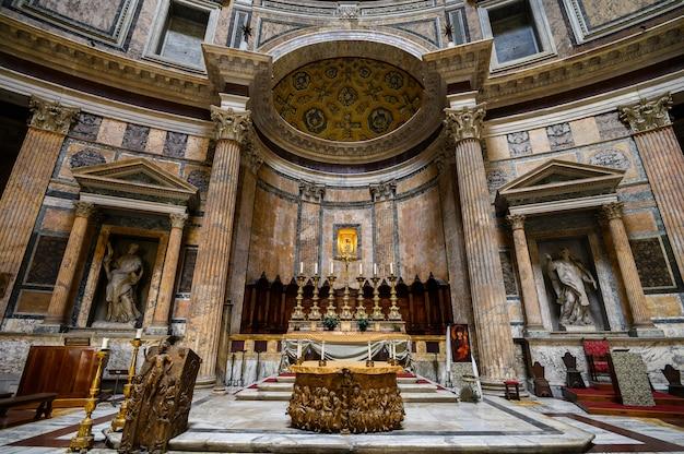 Panorama wnętrza panteonu z ołtarzem. wewnątrz słynnego panteonu. starożytny panteon jest jedną z głównych atrakcji turystycznych rzymu. panorama wnętrza panteonu z ołtarzem. rzym, włochy