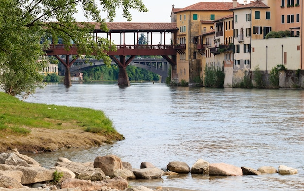 Panorama z bassano del grappa, stary drewniany most nad rzeką brenta, włoski krajobraz