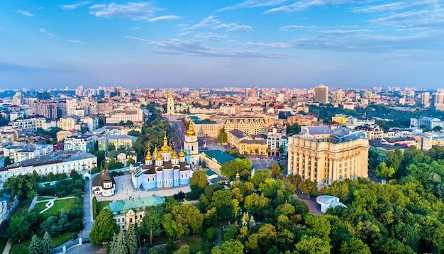 Panorama z lotu ptaka klasztoru św. michała o złotej kopule, ministerstwa spraw zagranicznych i soboru mądrości bożej w kijowie - ukraina