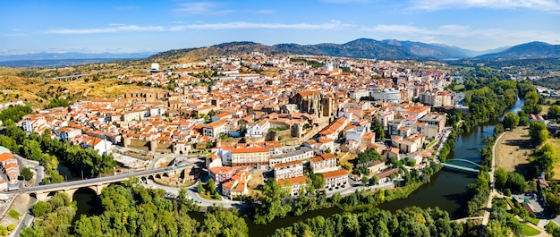 Panorama z lotu ptaka plasencia w prowincji cáceres, estremadura, zachodnia hiszpania