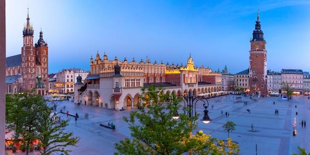 Panorama z lotu ptaka średniowiecznego rynku głównego z bazyliką najświętszej marii panny, sukiennice i wieżą ratuszową na starym mieście w krakowie w nocy, polska