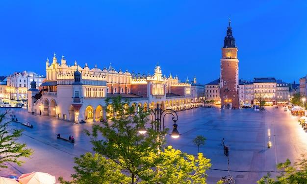 Panorama z lotu ptaka średniowiecznego rynku głównego z sukiennicami i wieżą ratuszową na starym mieście w krakowie w nocy, polska