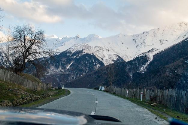 Panorama z okna wiatru samochodu gruzińskich gór i śniegu