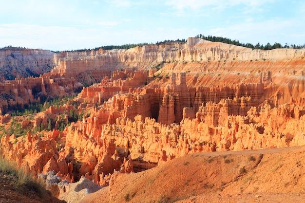 Panorama z parku narodowego bryce canyon, usa. hoodoo, formacje geologiczne. piękna sceneria