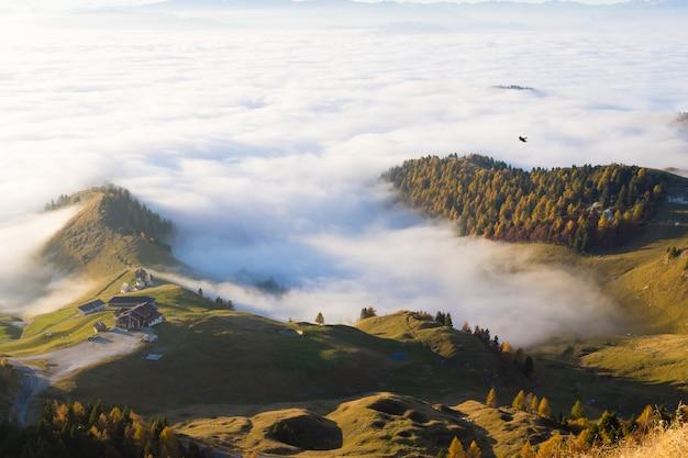 Panorama z włoskich alp, dywan chmur i szczytów. top górski krajobraz