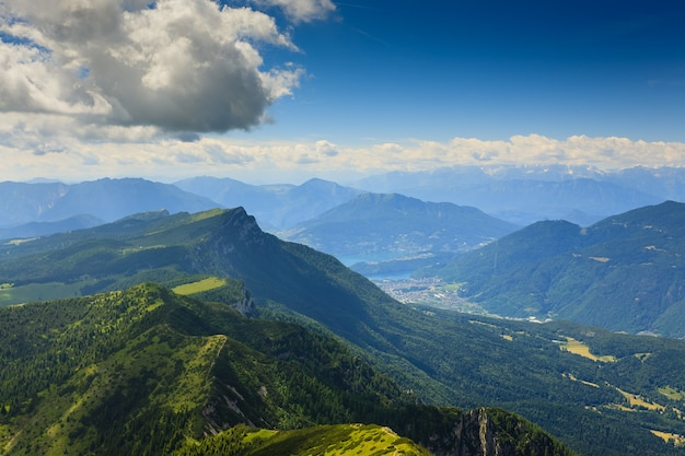 Panorama z włoskich alp, szczyt góry cima larici asiago
