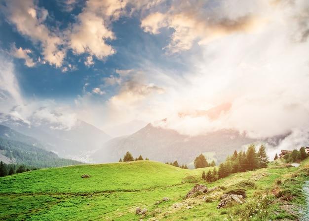 Panorama zachmurzonych alp