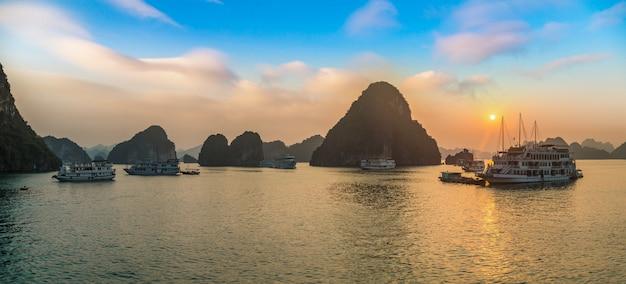Panorama zachodu słońca w zatoce halong w wietnamie