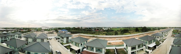 Panorama zdjęcie lotnicze z miast, domów, dróg, ruchu i terenów zielonych na obrzeżach bangkoku w tajlandii.