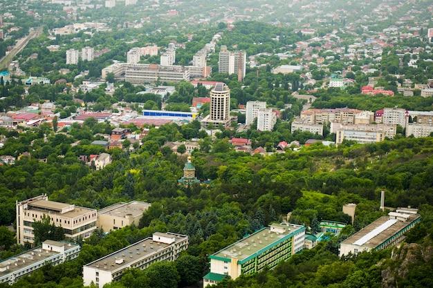 Panorama zielonego miasta latem