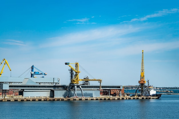 Panorama żurawi portowych.