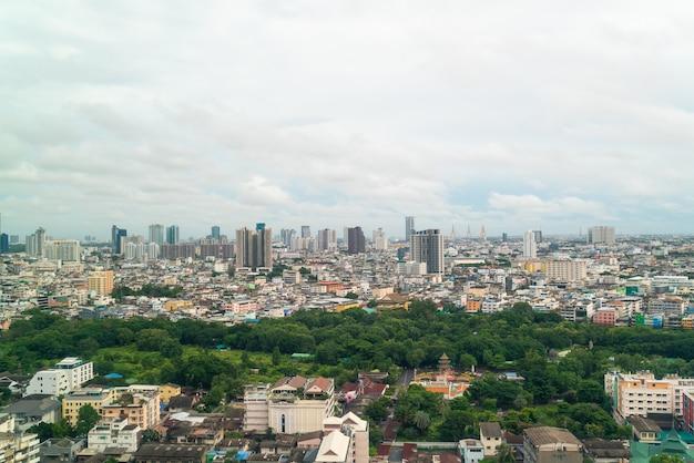 Panoramę bangkoku w tajlandii przy pochmurnej pogodzie